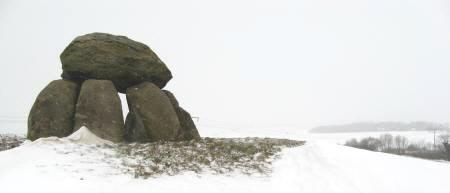 Steinsetzung im Schneegestoeber
