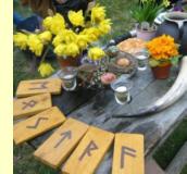 Tisch mit Runentafeln