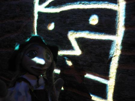 Embla vor Runenstein