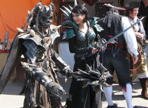 zwei dunkle gestalten und piraten