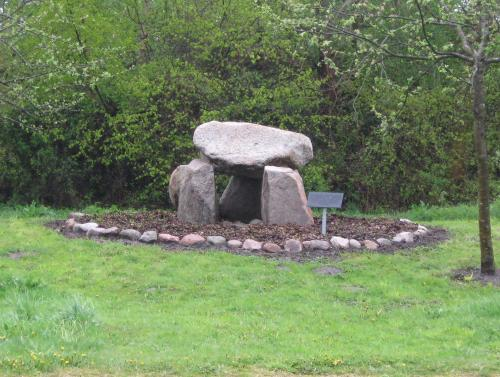 Steinkammergrab mit Hinweistafel