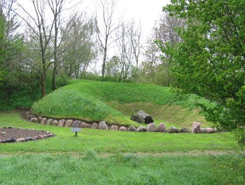 offenes Hügelgrab mit Baumsarg