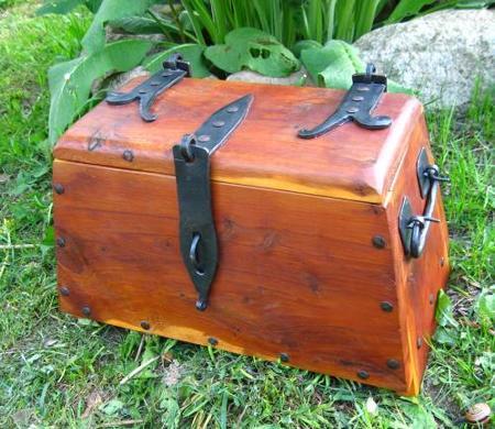 wikingerzeitliche Kiste aus Eibenholz mit Eisenbeschlägen