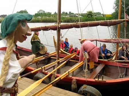 Am Anleger liegt ein Schiff längsseits, ein zweites legt an seiner Seite an und die Mannschaft beginnt auszusteigen.