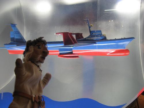 Wikingerpuppe vor Vitrine mit futuristischem Luftschiff