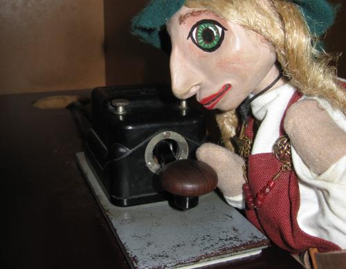Wikingerpuppe am Morsegerät