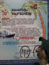 Wikingerpuppe vor Urkunde einer Äquatortaufe in Neptuns Namen