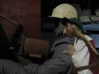Wikingerpuppe schaut Schweißerpuppe bei der Arbeit zu