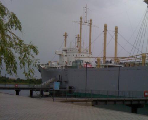Frachter festgemacht am Ufer