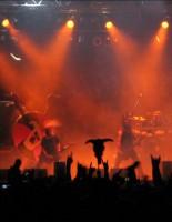 Bühnenshow vor Publikum, das mit den Findern sogenannte Pommesgabeln zeigt und einen Rinderschädel am Stab emporhält