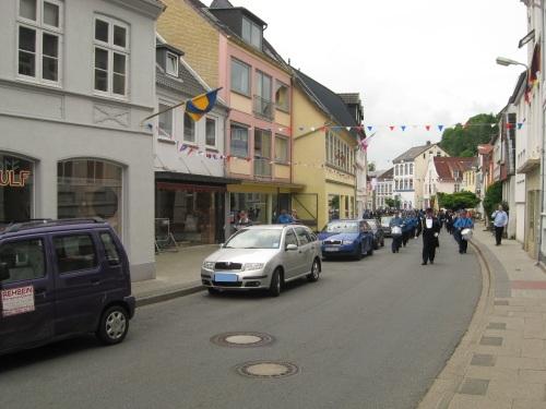 Ladenstaße in Schleswig mit Schützenumzug