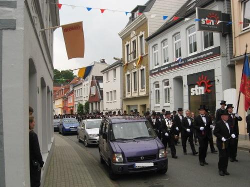 Schützenumzug im wimpelgeschmückten Lollfuß, einer Straße in Schleswig